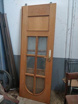 dos puertas de madera con cristales