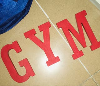 Letras GYM de madera pintadas de rojo