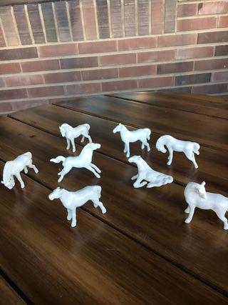 Colección de ocho caballos de porcelana blanca