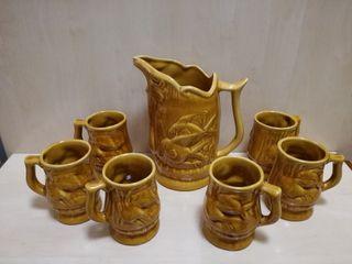 Antigua jarra y vasos de ceramica peces