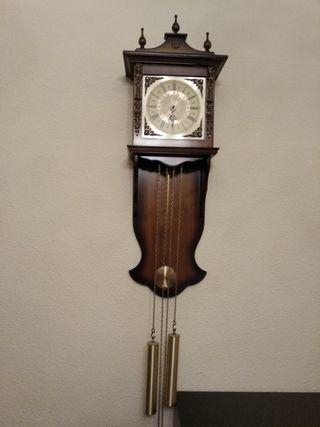 Reloj de pared de pesas y péndulo