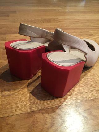 Zapato salón con punta redonda y tacón geométrico