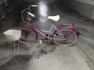 Bicicleta retro de paseo con cesta