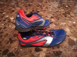 Zapatillas atletismo de tacos. Azules y naranjas.