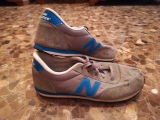Zapatillas new balance grises y azules.