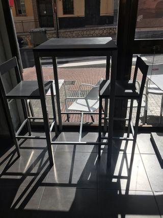 Mesa alta con 2 taburete alto muy nueva