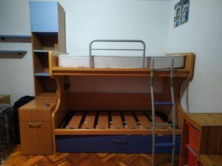 Litera con tres camas. Dormitorio juvenil.