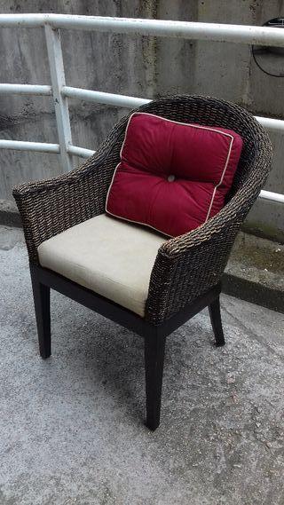 Lote de silla de madera y butaca de rattan