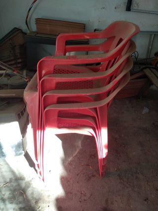 Sillas de plástico rojas