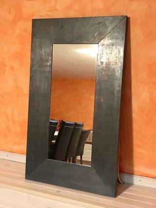 Espejo moderno con marco de estaño envejecido