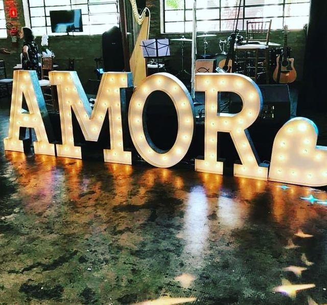 letras de madera iluminadas