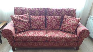 Sofa de tres plazas y sillón orejero