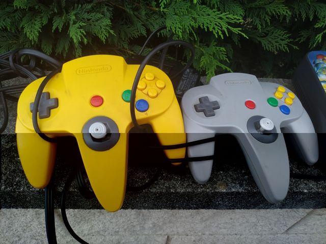 Nintendo 64 con dos mandos