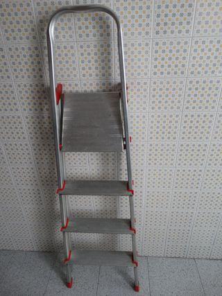 Escalera metálica 4 peldaños