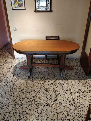 Mesa grande ovalada de comedor.