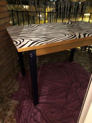 Mesa pintada y papel pintado