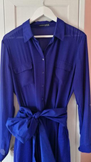 Conjunto blusa y falda de gasa azul eléctrico.