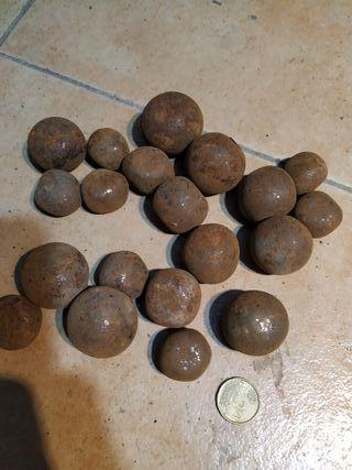 antiguas bolas de cañonzito metálicas de hierro