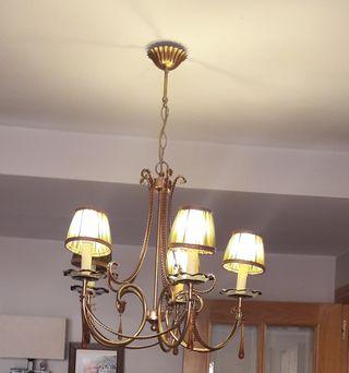 Lámpara dorada con cristal en ámbar