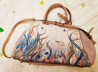 Bolso con dibujo de peces y fondo marino