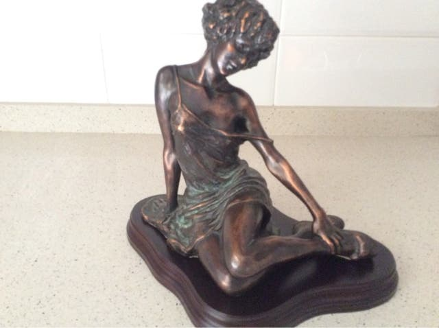 Figura mujer de bronce
