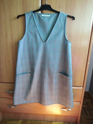 Vestido estilo años 70 de línea A. estampado gris