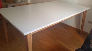 Mesa de salón en roble y blanco.
