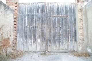 Puerta trasera antigua de madera