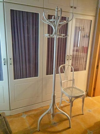Perchero antiguo de madera Thonet y silla a juego
