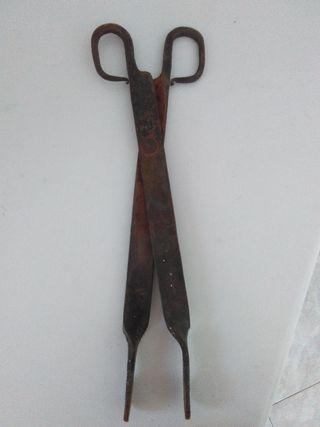 Antiguas tenazas hierro chimenea