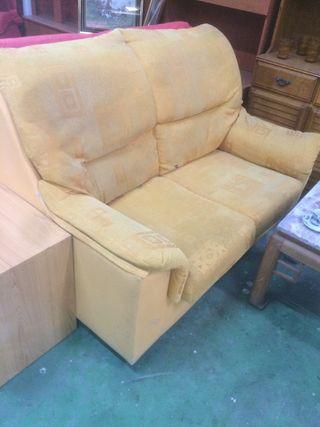 Sofá de 2 plazas amarillo