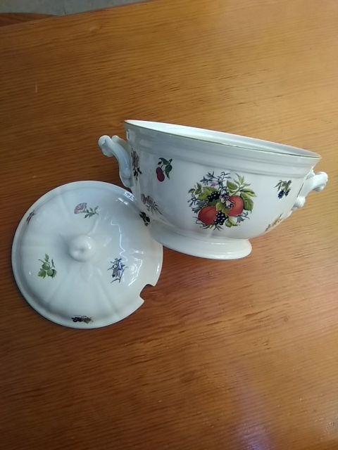 Sopera porcelana, San Claudio, flores y frutas.