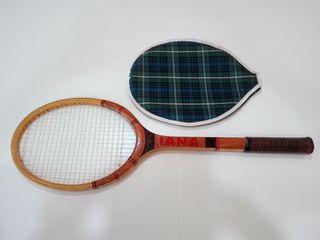 Raqueta de tenis clásica con funda.