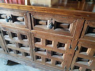 Mueble aparador antiguo madera maciza.