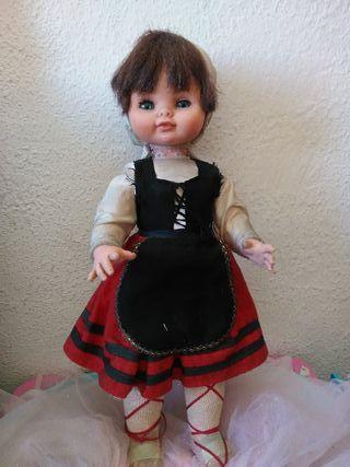 muñeca antigua con traje tipico