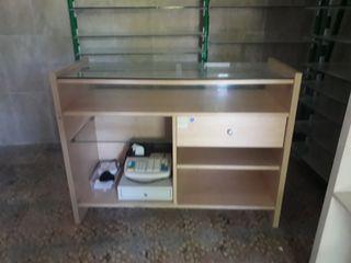 mostrador de tienda con vitrina