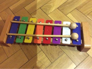 Xilófono infantil y claves musicales