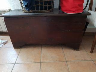 baul antiguo de madera de 1900. Italiano