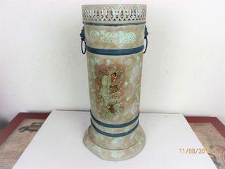 Antiguo paragüero en cobre decorado