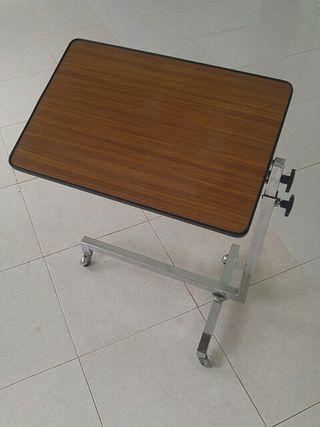 Mesa con ruedas plegable