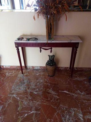 Aparador antiguo con base de mármol.