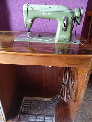Máquina de coser Antigua con mueble en buen estado