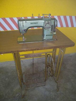 Maquina de coser Refrey con motor
