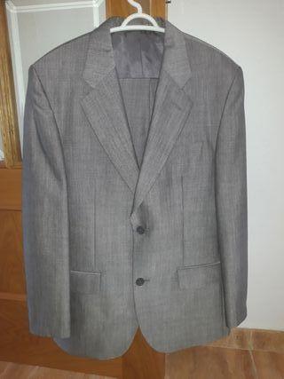 Traje de hombre clásico en color gris.