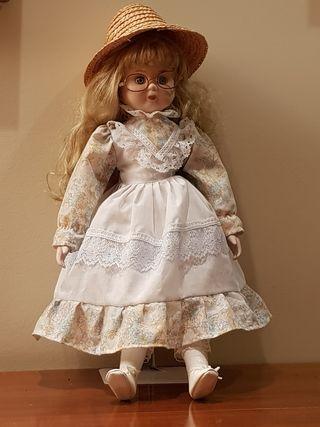 Muñeca de porcelana y trapo con gafas