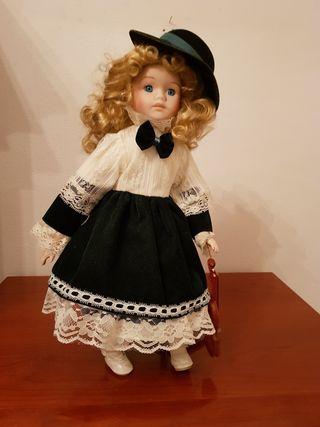 Muñeca de porcelana y trapo con violín
