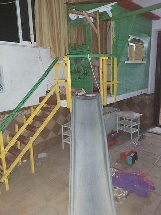 casa de juegos infantil construida a mano