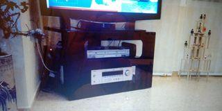 Mesa negra esmaltada para televisor.