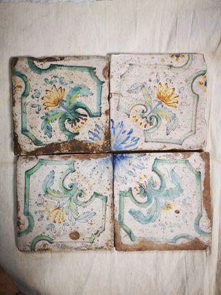 Azulejos muy antiguos de flores