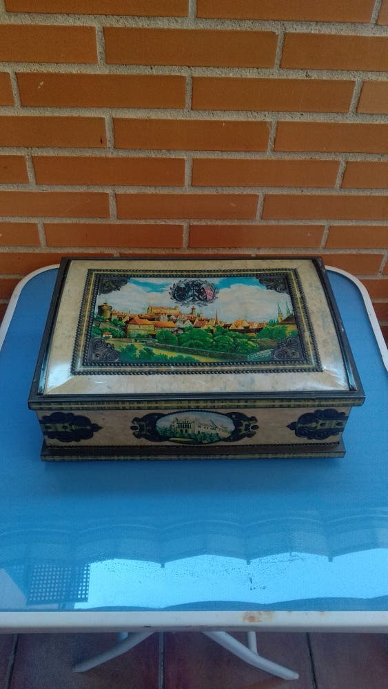 caja de metal antigua